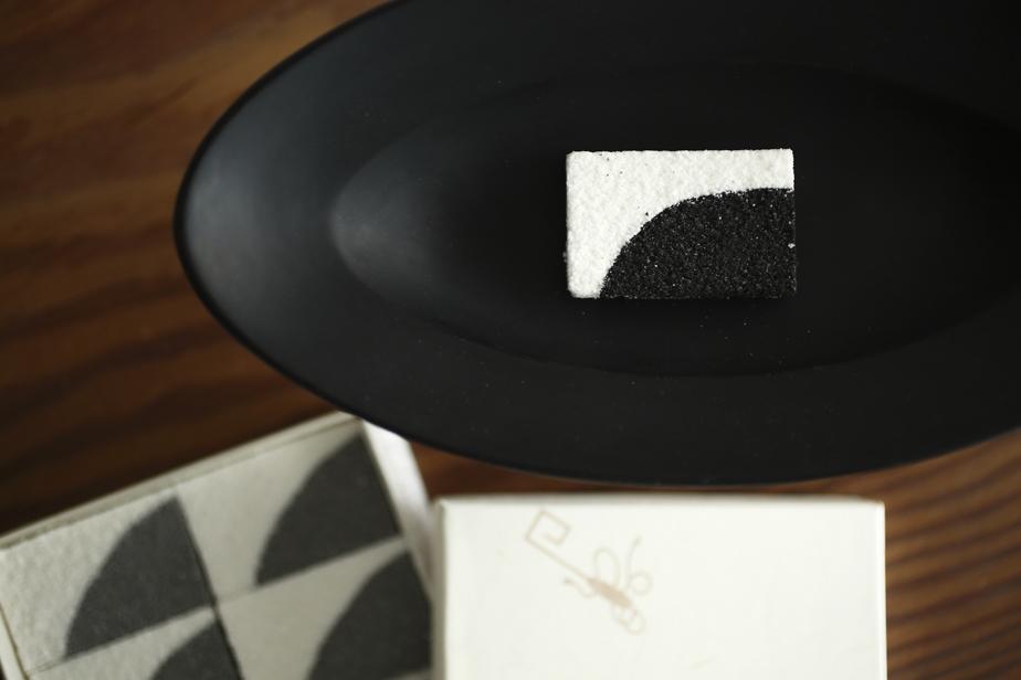 西村圭功の「天雲」の器に合わせ漆を意識したお菓子を、試作を繰り返しながら制作した。Kagizen Gift shopの干菓子「うつろひ」をもとに、材料に炭を使用した写真下のお菓子を「天雲」展の期間中のみ「ZEN CAFE」で販売。