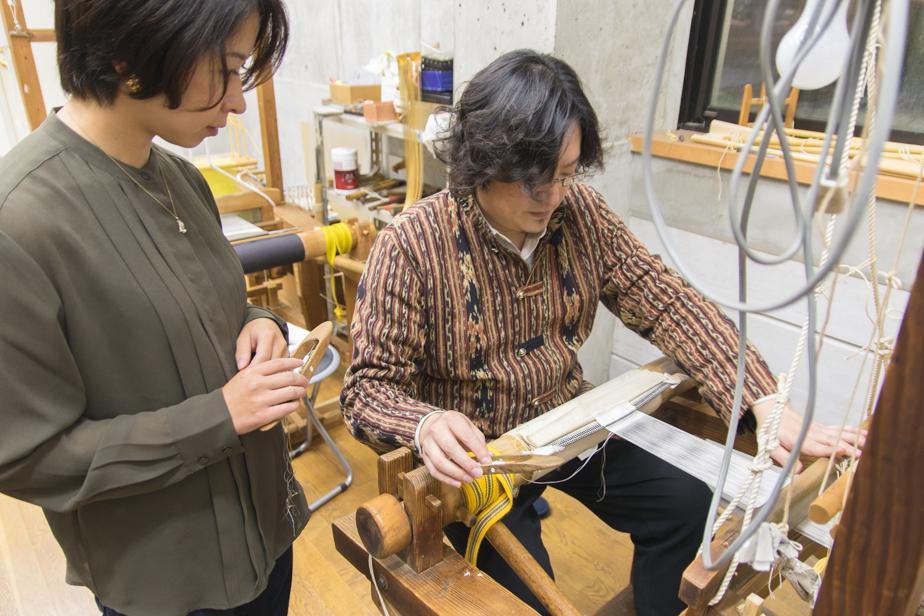 平織りの仕方を教えてくれる龍村周さん。体験中ずっと丁寧に教えてくださるので安心して作業ができます。