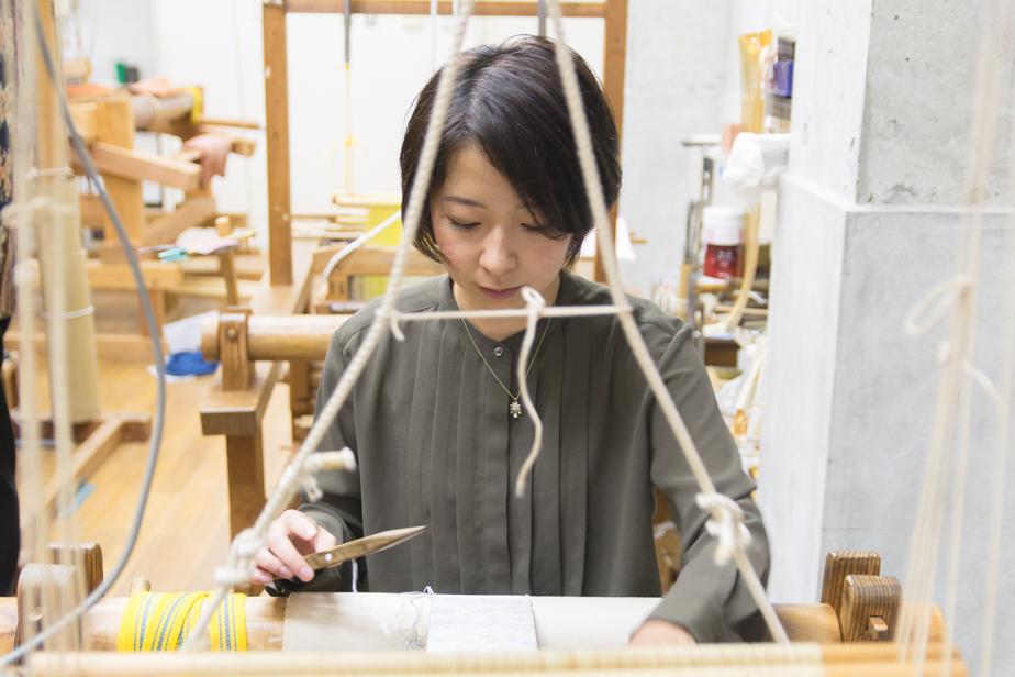 平織り体験中の編集部・崎川。「機織り」はもちろん初体験!