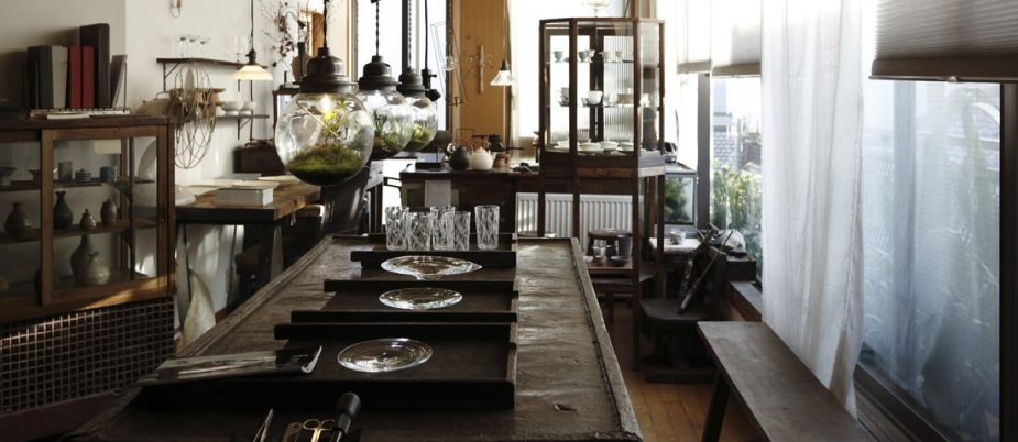 常設展が行われている 3階のスペース。皮工場で使われていた古いなめし台や、薬箪笥などアンティークの什器が使われている。奥のデスクは周也さんの仕事スペース。