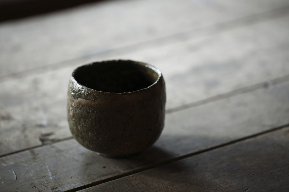 周也さんお気に入りの鶴野啓司作『益子ボクリ土』。益子の原土を自身で掘り、作品化したもの。「本来は焼きものに向かないとされている土で、上手く完成しても水漏れをする確立がとても高いのですが、その焼き上がりは、いわゆる焼物に向いているとされる土では見ることの出来ない魅力的な器になります」と周也さん。