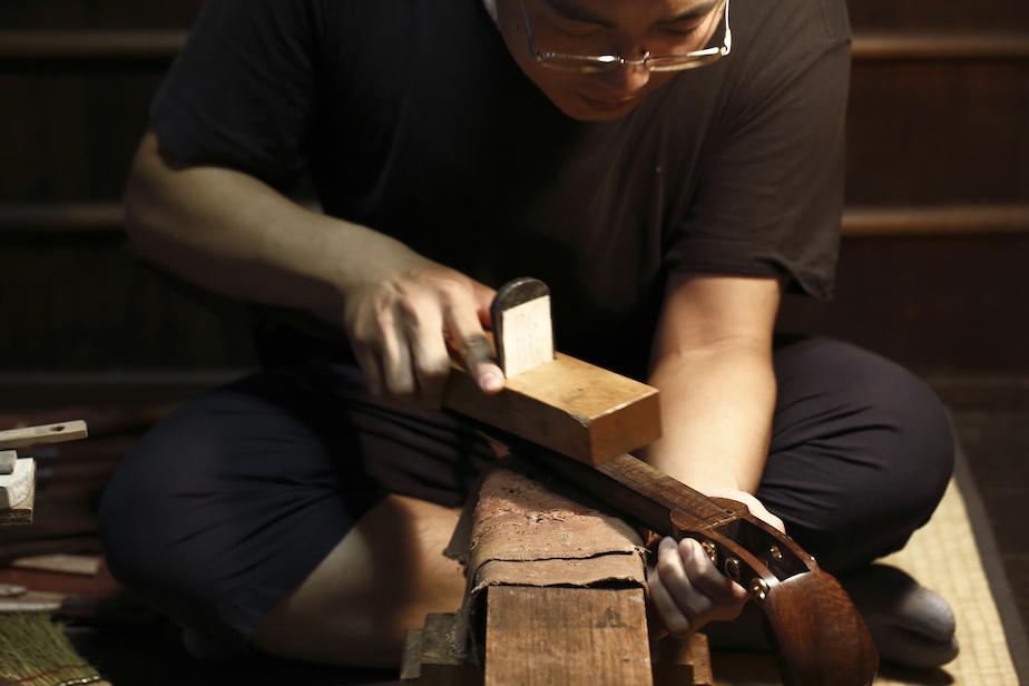 鉋を丁寧にかけ、砥石で研ぎツヤと精度を出す
