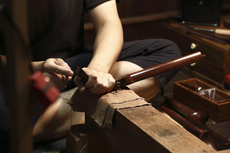 硬木を削る工程は繊細な技術力に加え、力のいる作業でもある