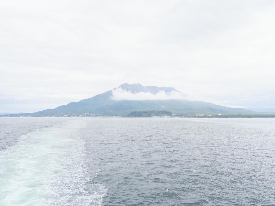 鹿児島市から見た桜島。室田さんの工房薩摩志史がある垂水市大野原からは雄大な景色を望むことができる。