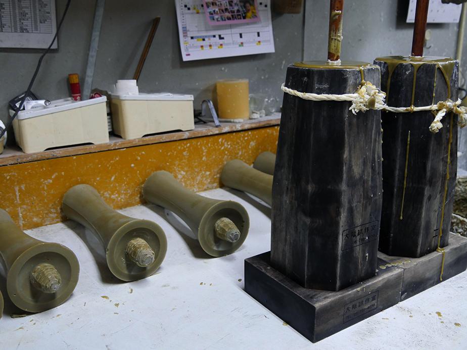 溶かした櫨蝋を木型に流し込んで成型する。この後、上掛け用の蝋を手で擦りこむ「清浄生掛け」をおこない和蝋燭の形が出来上がっていく。