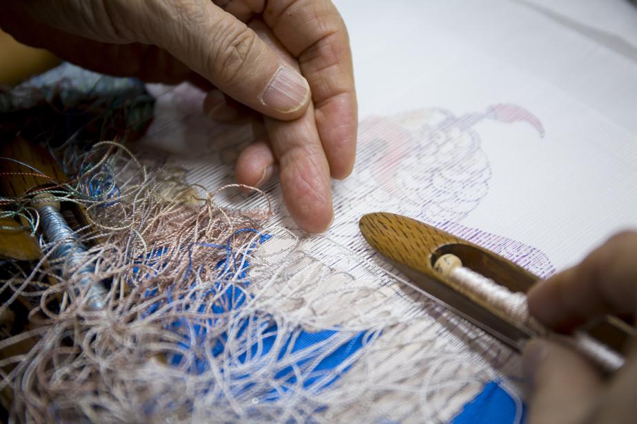 経糸の下には織紋様を描いた「下絵」が置かれている。