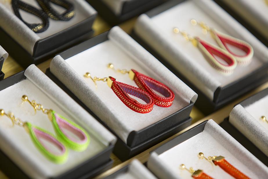 綴織を使った新しい商品制作にも積極的で、藤田さんも含めた奏絲綴苑のメンバーでイヤリングなど、日常使いの出来る商品の開発も行っている。