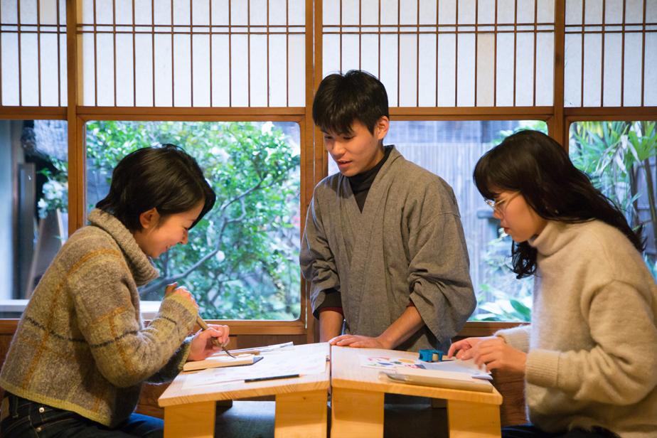 摺師の永井さん(写真中央)に教えてもらいます。