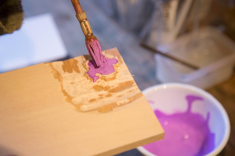 版木に絵の具をのせる筆は昔からの習慣で摺師が自分たちで使うものを竹皮で手作りするのだそう。