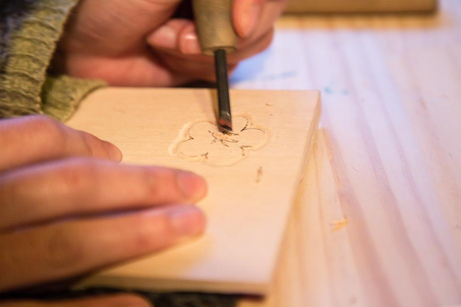 一番細かい中心の部分には版木刀を使います。