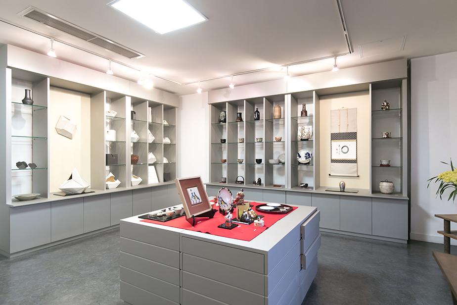 敷地内にある店舗では清水六兵衛歴代の作品をモチーフにした商品や、当代の作品などが購入出来る。中には梅田さんが描いた商品も販売されている