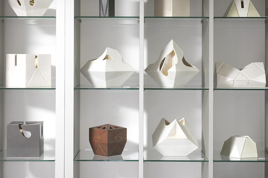 大学で建築を学んでいた事を感じられるミニマムなデザインの当代による作品。六兵衛窯では歴代の当主が自由な作陶で時代を表現している。