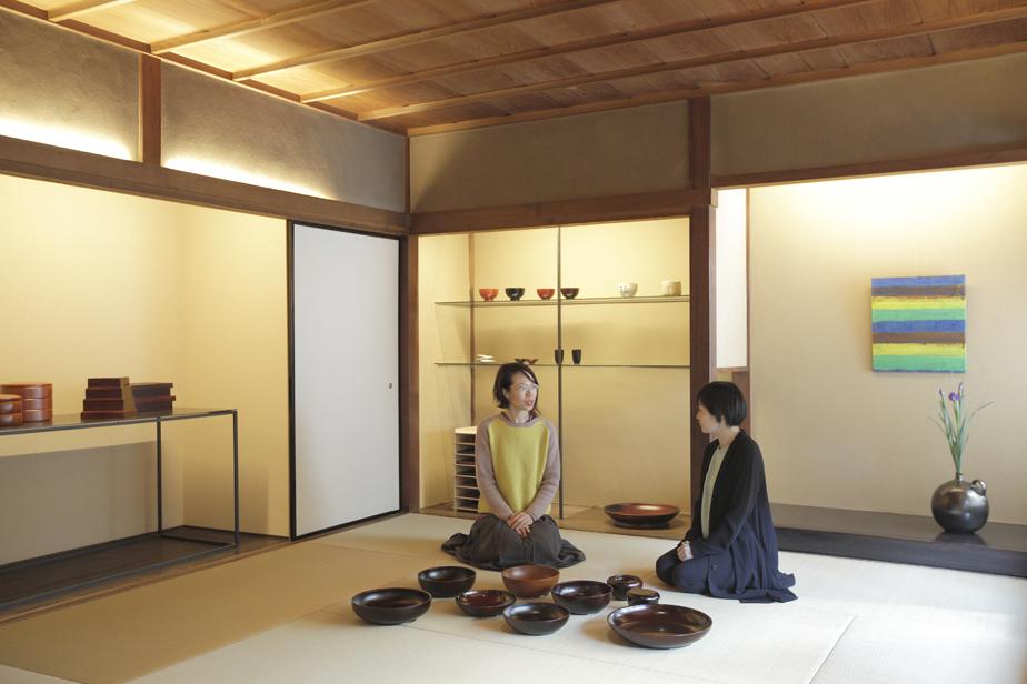 左が奥村文絵さん。右が永松仁美さん。永松さんのギャラリーを訪れた奥村さんは感銘を受け、あれこれと話し込んだそう。