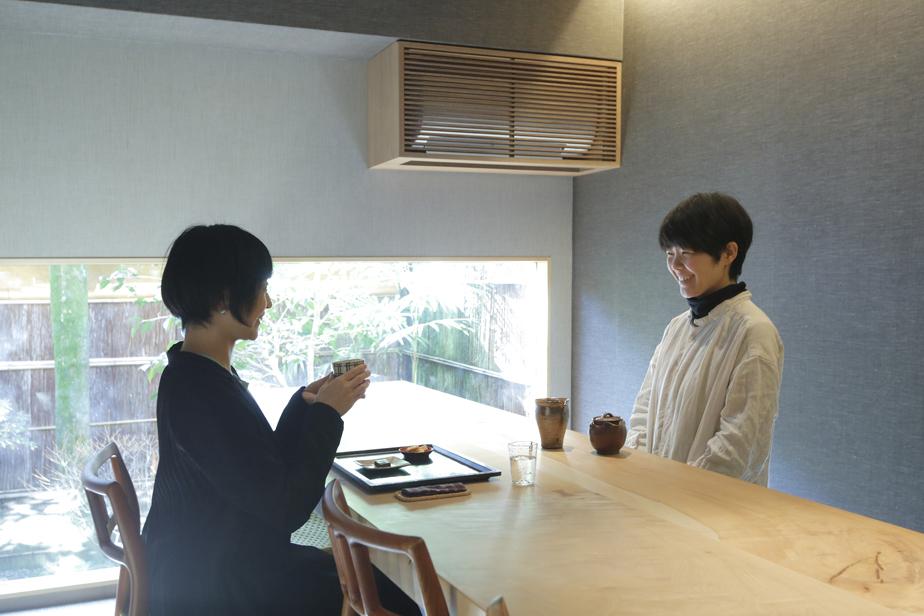 ギャラリーに併設されたティールーム「冬夏」。奥村さんが商品開発を手がけたというオーガニックの煎茶と、一人の農家が栽培から製造までを手がけるオーガニックのカカオをいただくことができる。