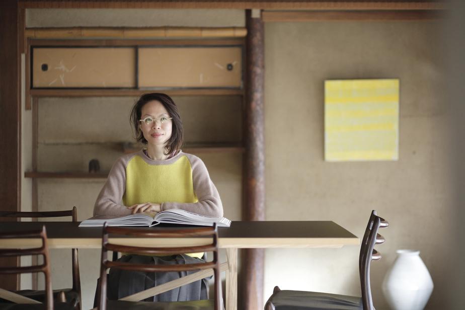 ギャラリー2階のミーティングルームにて、店主の奥村文絵さん。「foodelco」の代表として食のブランディングを手がけるフードディレクターでもある。