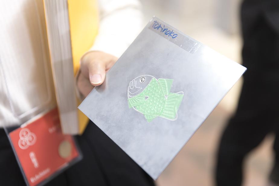 点字印刷は2枚の金属版を重ね合わせて文字や意匠の点を押し、それに紙を挟んでローラープレス機に通す