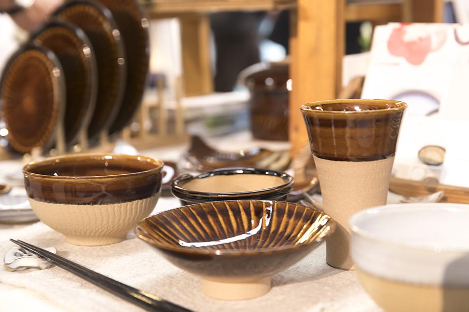 民芸の郷でもある小石原の特徴を現代の食生活にアレンジした食器が並ぶ。