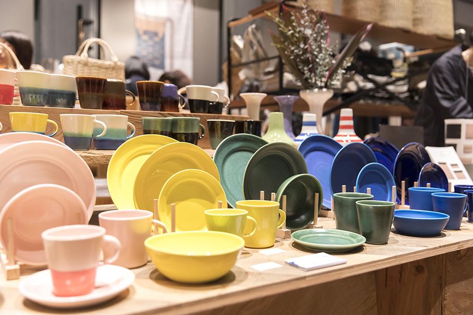 磁土を石膏型で成型した商品は現代のデンマークデザインを踏襲
