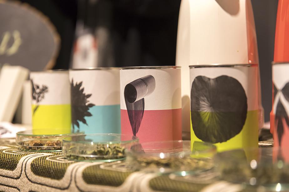 「八代の日本古来のはすの葉茶」「石垣島の香り華やか月桃茶」「奈良高取寒さに負けない大和当帰茶」など新田さんが各地を巡り厳選した素材をパッケージ。薬草の効能を大切にして、加工はできるだけ産地でおこなうという。
