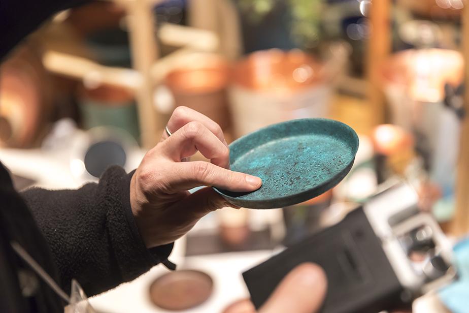 ムラや発色などひとつとして同じ物はない。手仕事の痕跡が残るも銅器着色の魅力