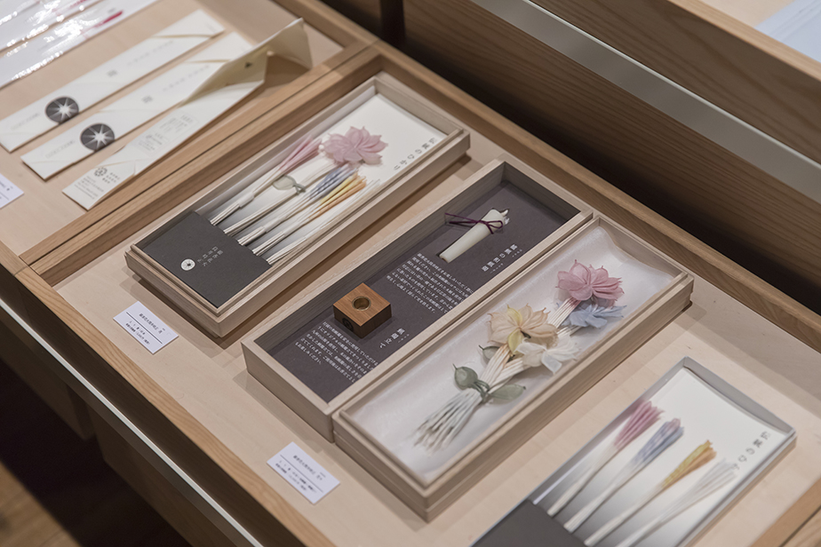 素材と製法をとことん追求した線香花火は贈答用や記念品としても人気