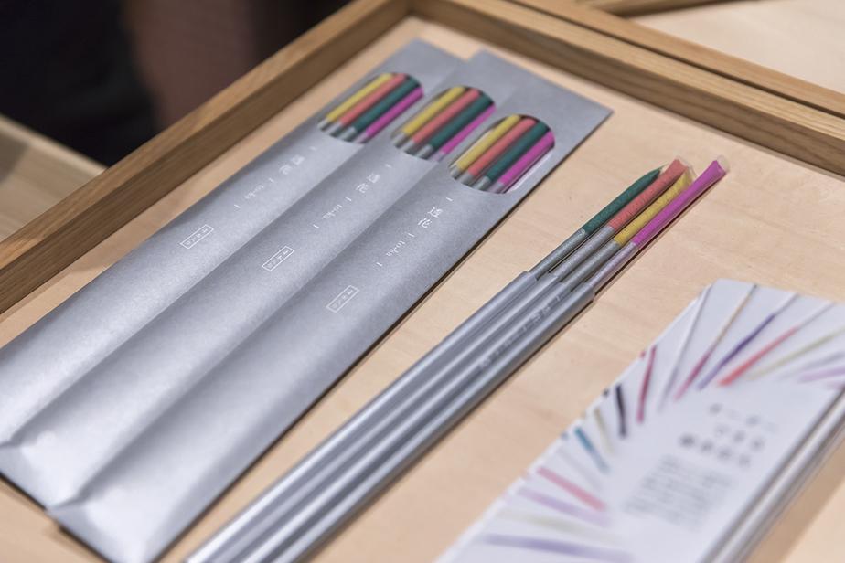透明な天然繊維素のなかに着色した火薬が透けて見える「透花」
