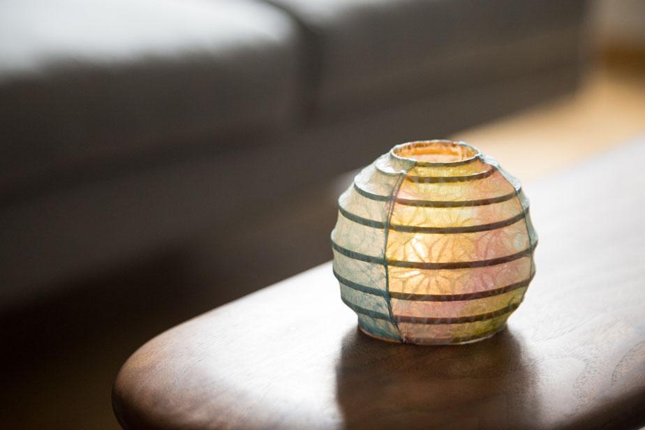 ちび丸用のLEDライトも体験料に含まれている。明かりを付けるとちび丸の印象も変わり、部屋も落ち着いた雰囲気に。