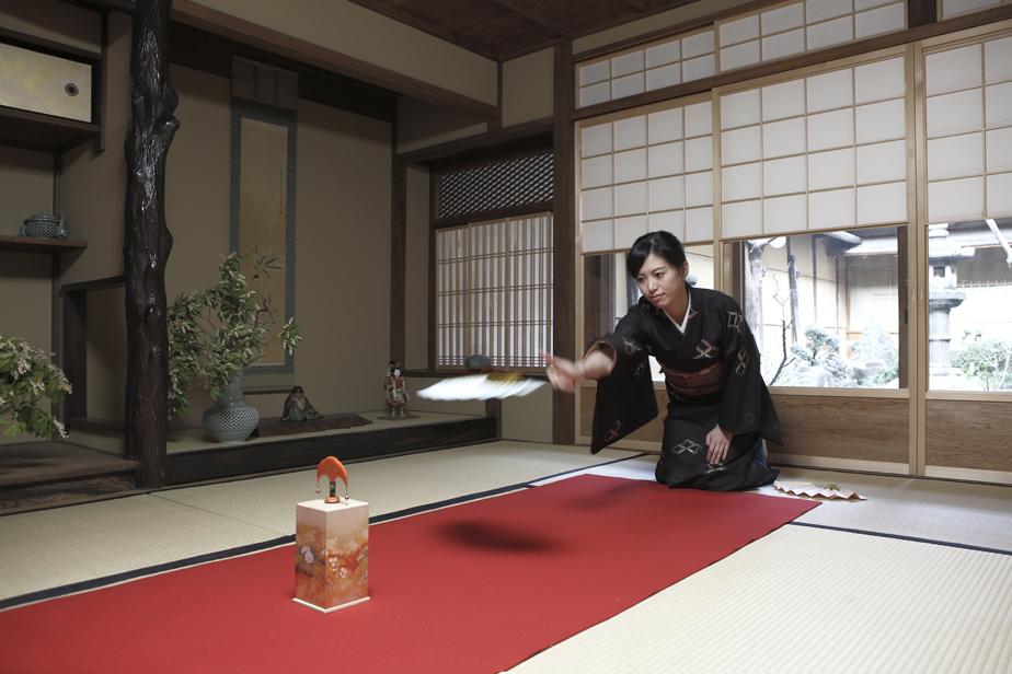 江戸時代に庶民の遊びとして親しまれた「投扇興」を行う里枝さん。