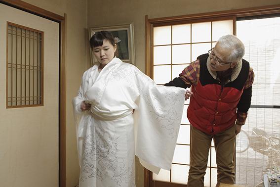 下絵を確認するために仮絵羽仕立てした着物を羽織る渡部さん。