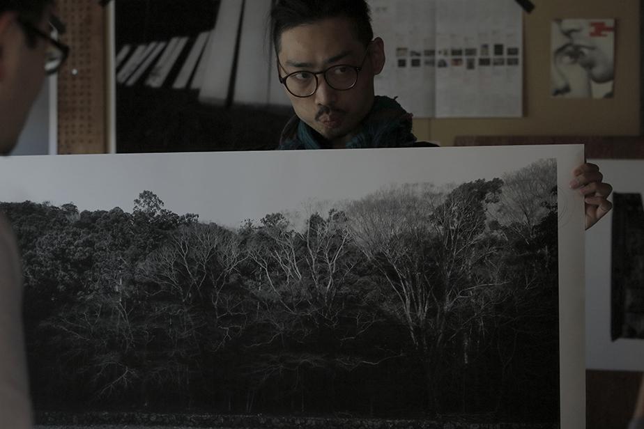 伊勢神宮で撮影した写真を手に語るヤン・カレン。