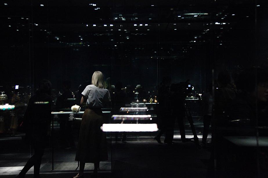 写真上は中川清司「神代杉木画箱」と、ヴァン クリーフ&アーペル「レディバード ミノディエール」。写真下は第二部の展示風景。
