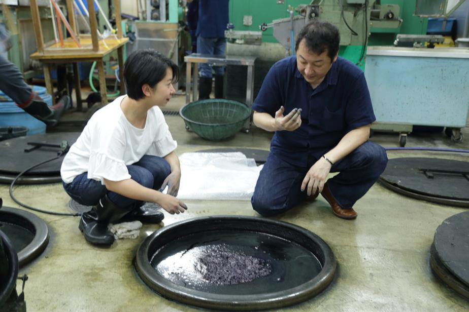 甕のフタを開けると藍華(染料が発酵し泡状になったもの)が浮いていて、藍が自然の物だということを実感します。 3ヶ月周期で甕の中身は入れ替えられます。