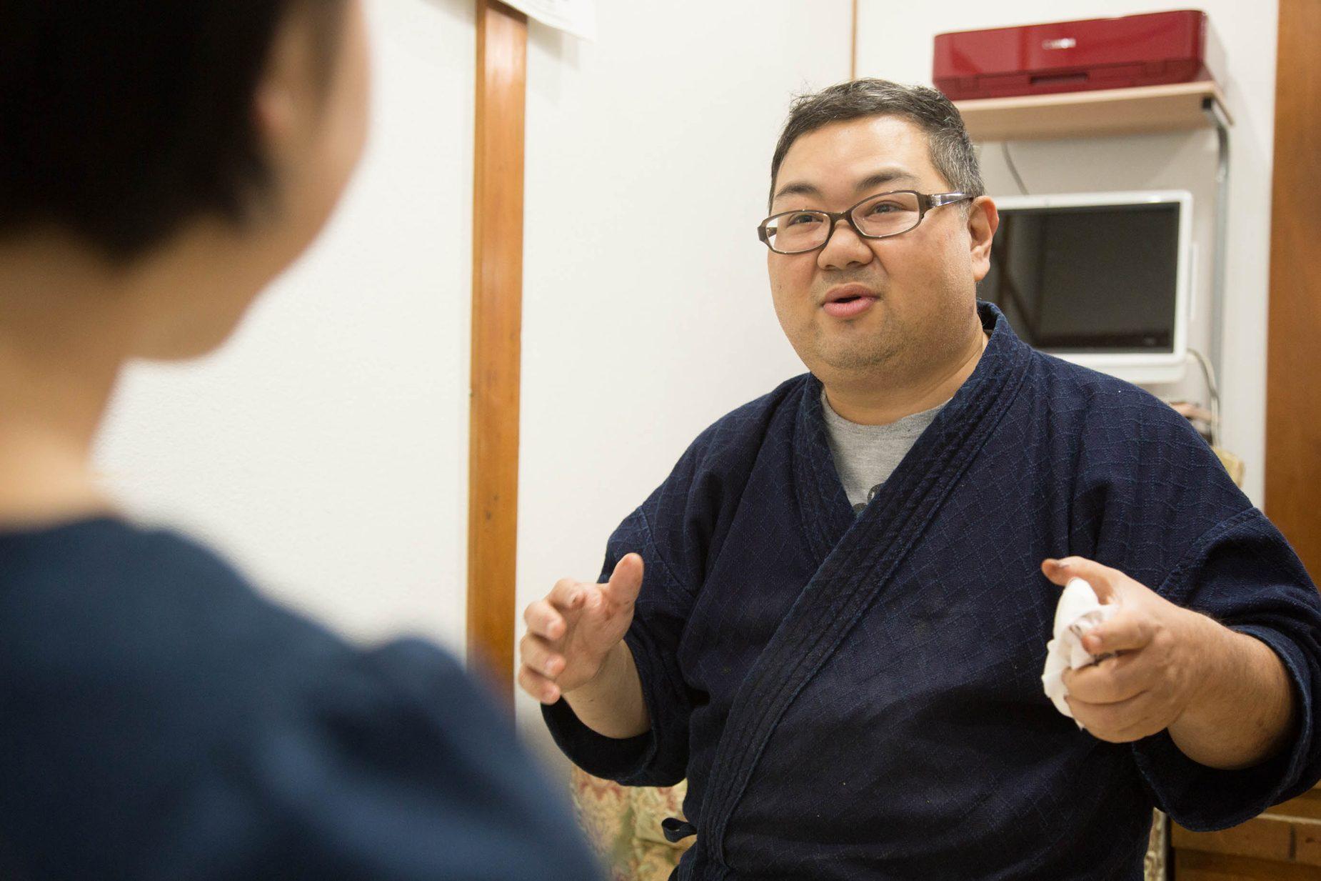 藤澤さんの寺院などの現場仕事は早朝4時30分から。その後工房にて仏具の仕事、自身の商品開発を行います。