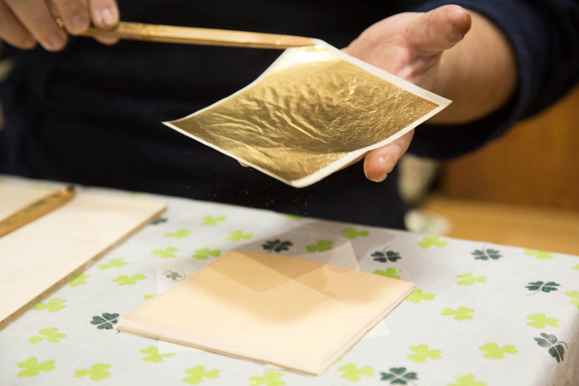 繊細な金箔を藤澤さんは金箔を挟む専用の箔箸を使い、華麗な手さばきで扱います。