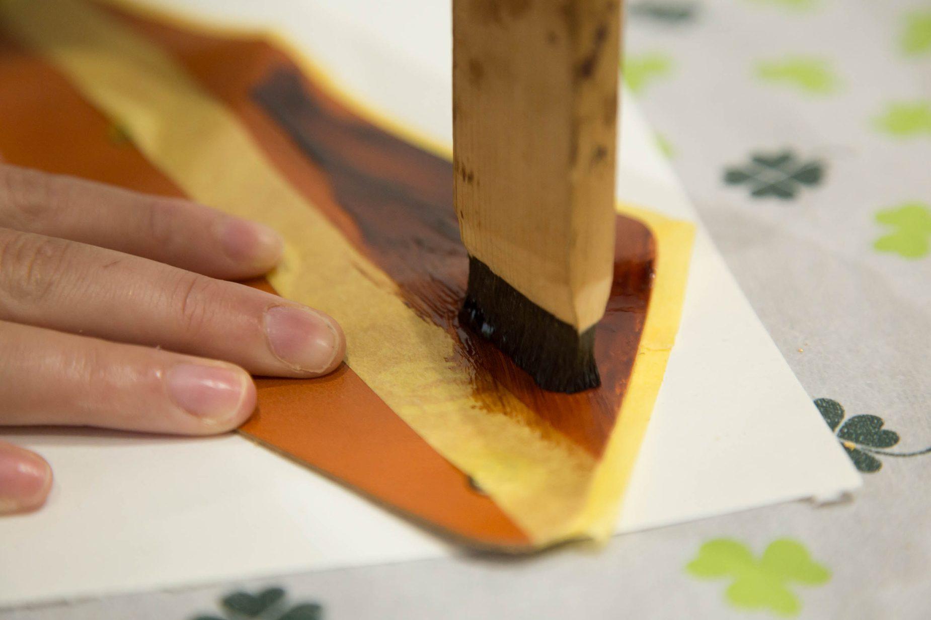 漆刷毛の毛が傷んだときは鉛筆のようにまわりの木を削ることで新しい毛がでてきます。