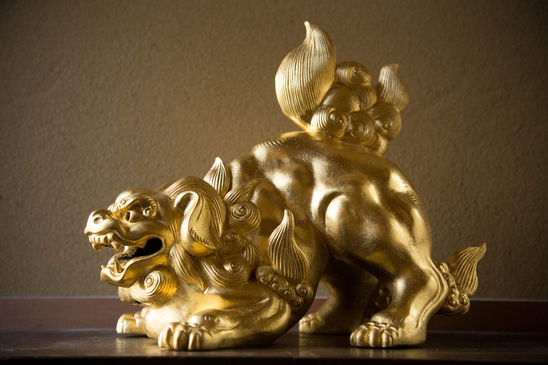藤澤さんの作品。凹凸の面にシワなく押された金に技術の高さを感じます。
