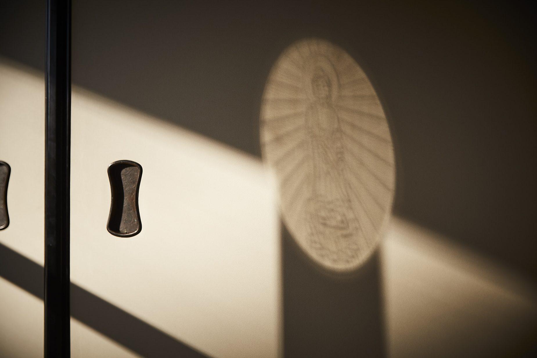 山本さんは、祖父、山本凰龍氏が復活させた魔鏡製作の技術を国内で唯一継承している。写真は投影光に像が映る魔鏡現象。