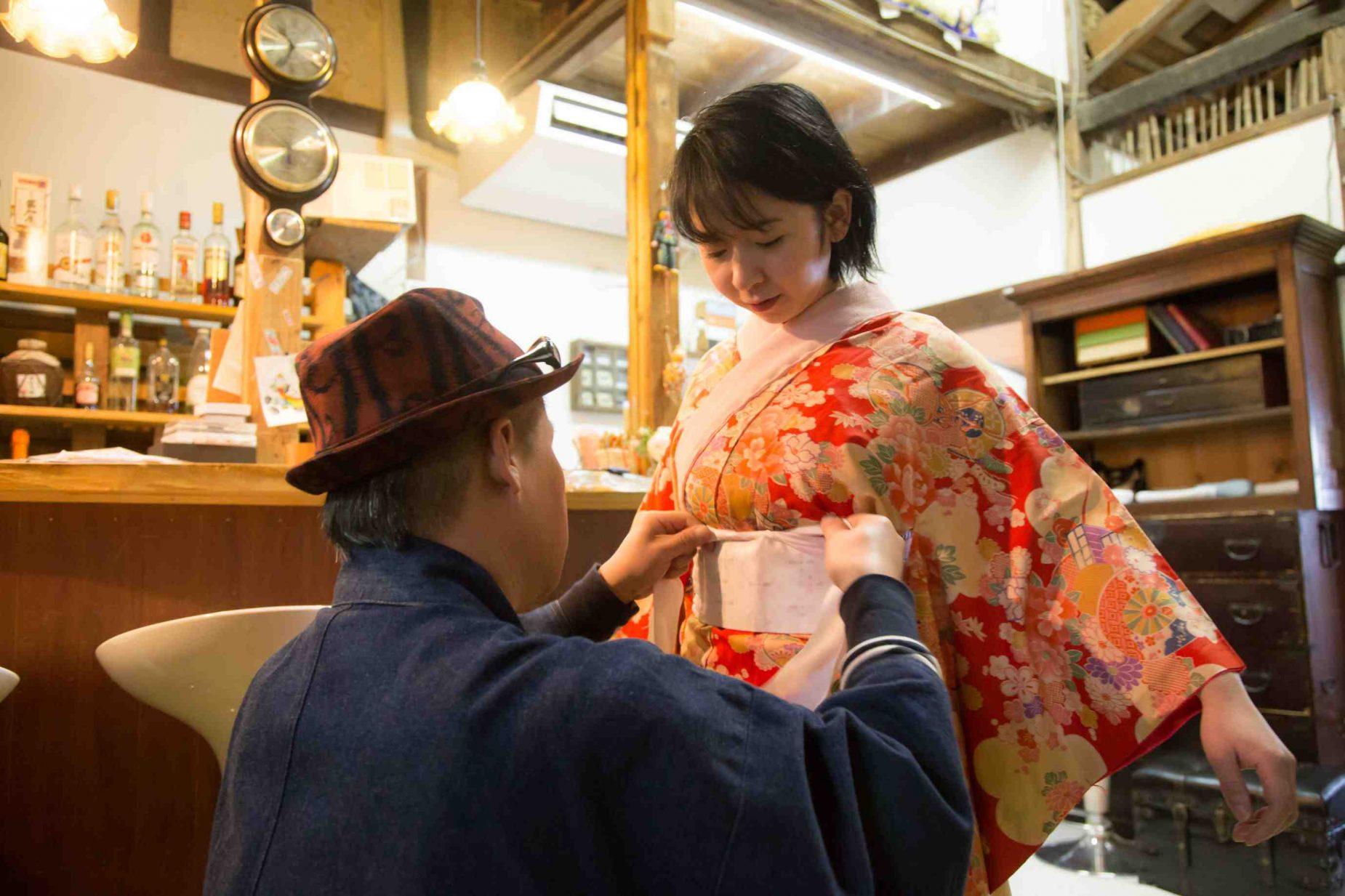 今回着た長襦袢。長襦袢だけで十分きれいな柄と色ですがこれを着物の袖口からちらりと見せるのが日本人らしさだと感じます。