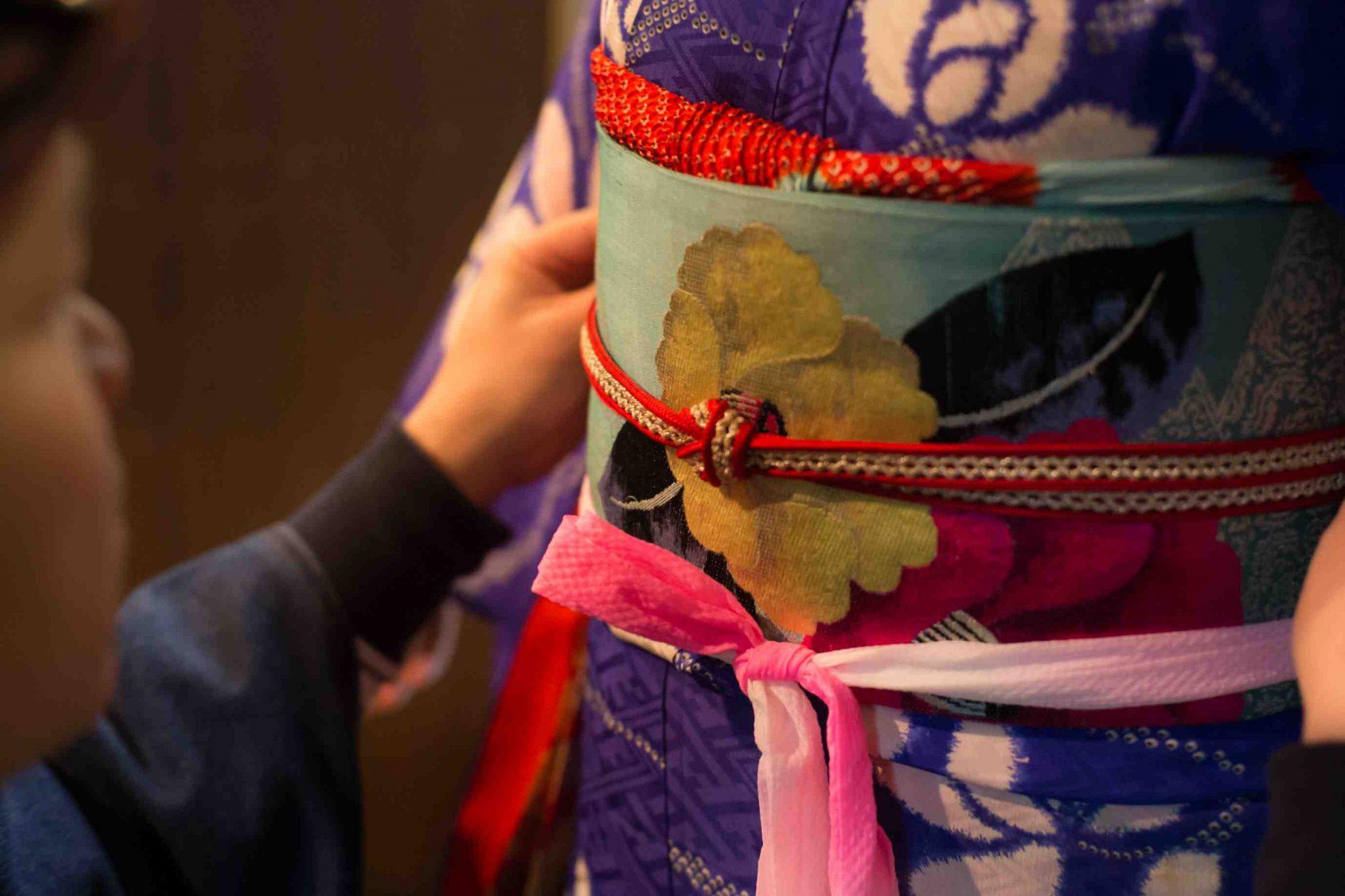 最後にお太鼓の内側に帯締めと通し、帯締めを結びます。帯の上にある物を帯揚げといいます。