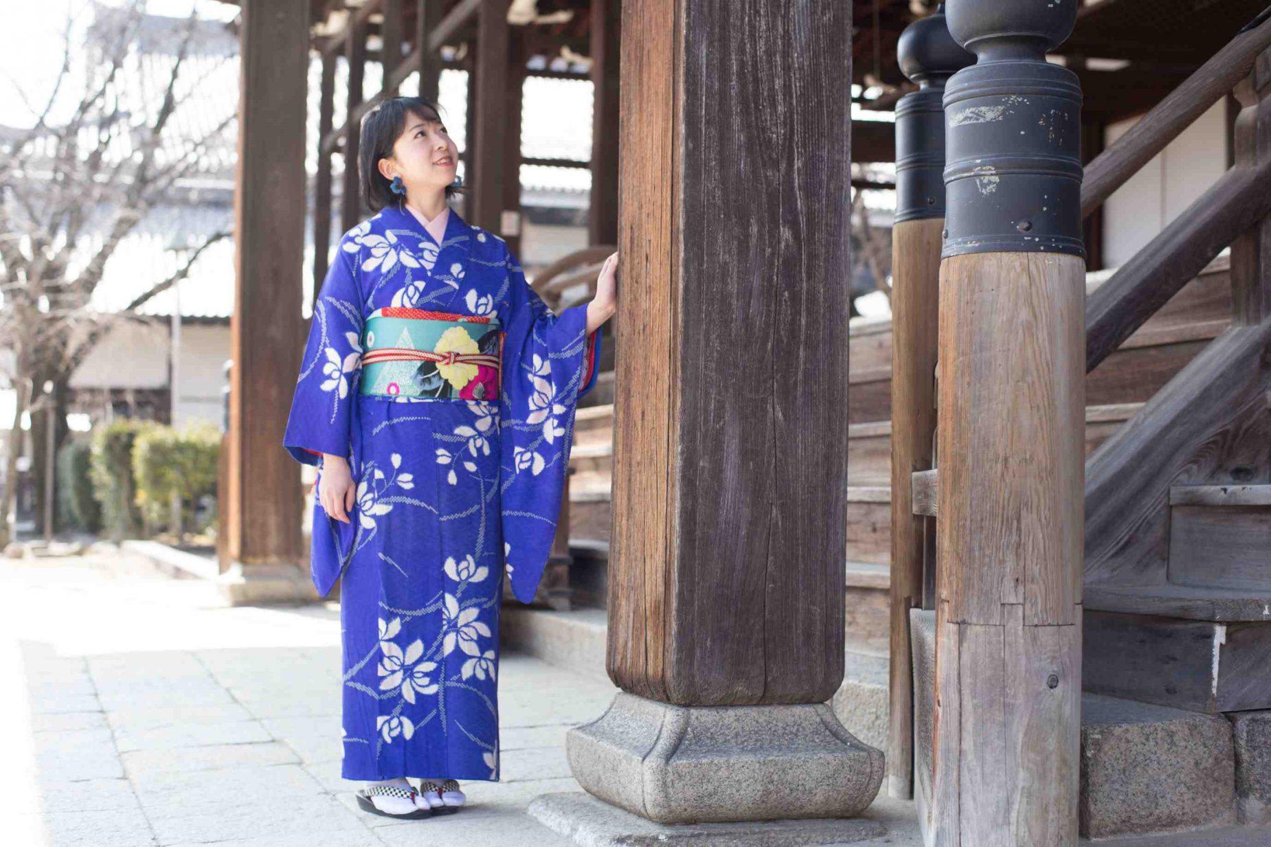 着付けが完成。宮川さんの着付けはきれい且つ早い。写真は宮川徳三郎商店近くにある西山別院にて。