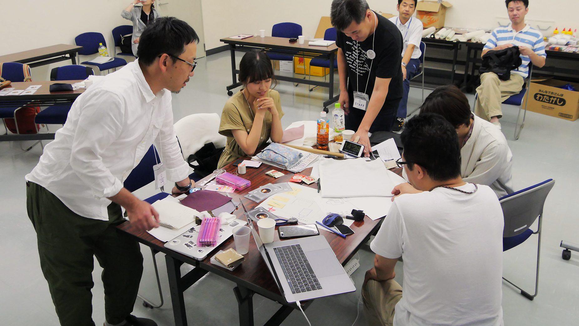 専門的な質問を直接谷口さんに相談しながら課題を解決して行く。時折、主催者の北林さんも参加者からの相談に丁寧に応えていた。