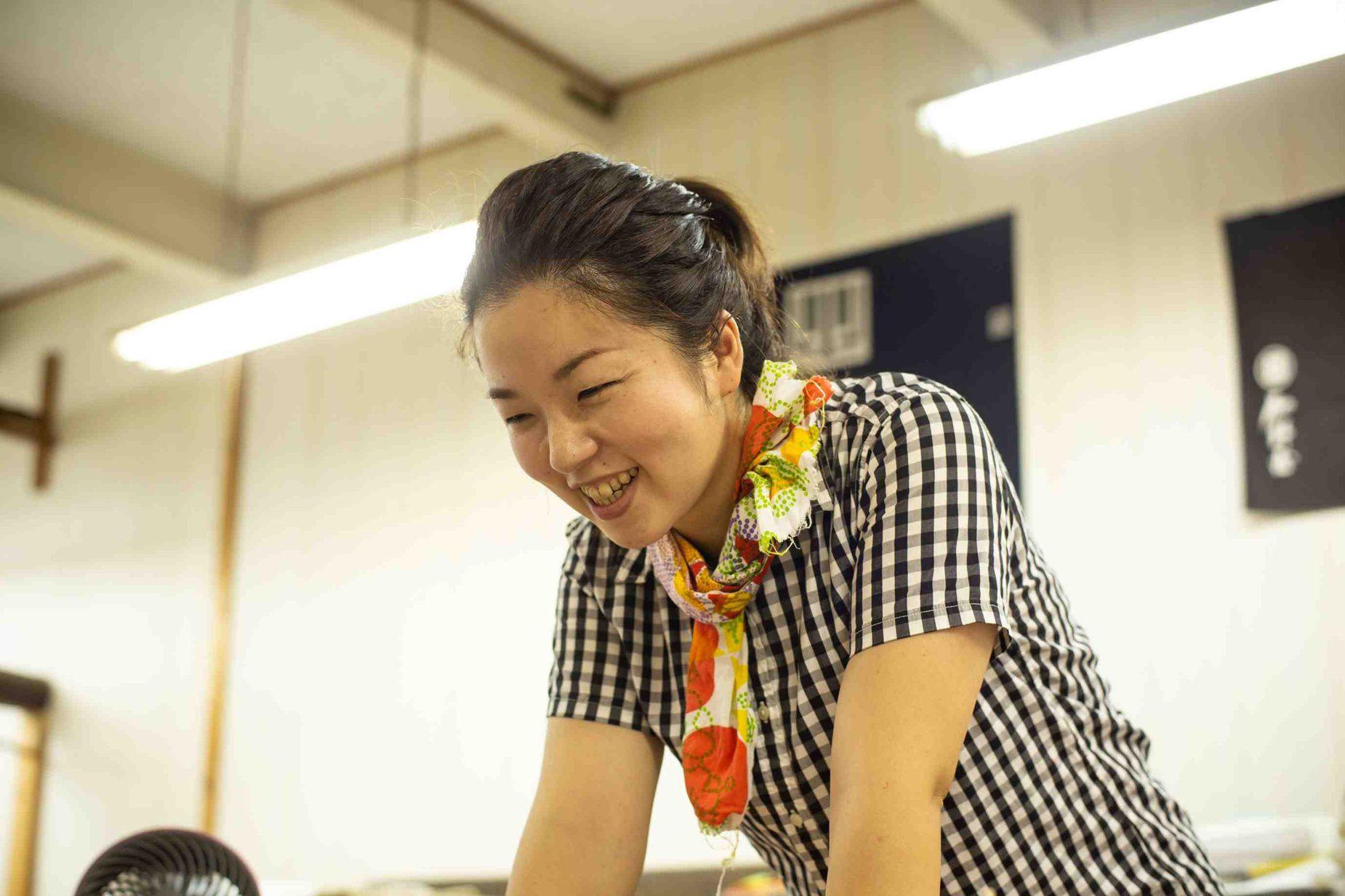 山元染工場で働きはじめて10年。5歳と3歳の2児の母でもある山元さんは、職人としても、女性としてもとてもかっこいい。