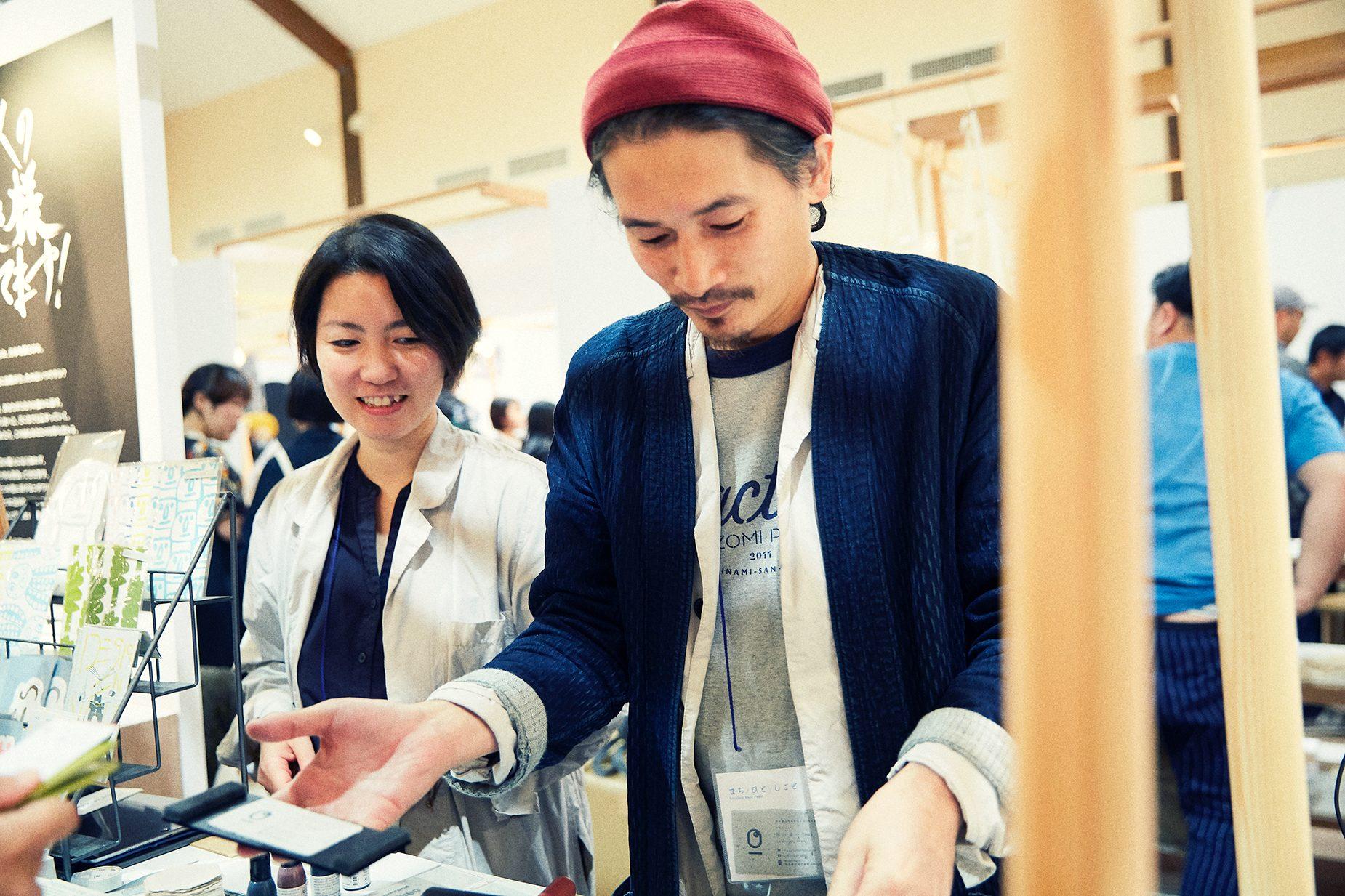 前川雄一さんと亜希子さんによる夫婦デザインユニット「HUMORABO」。福祉商品の企画・販売を通じ、「デザイン×福祉」のさらなる可能性を探るため、2015年よりユニットとして活動を開始。