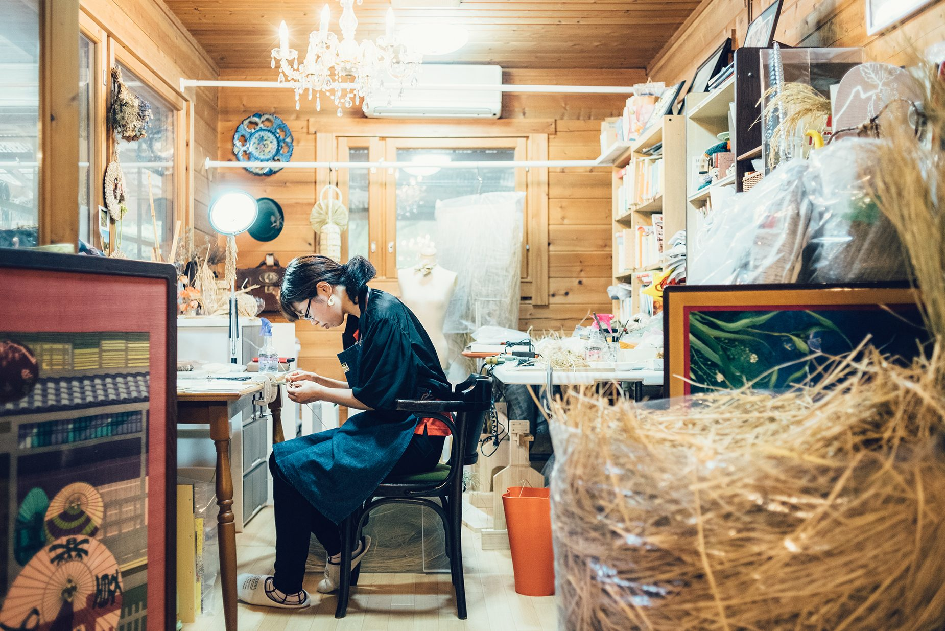 「花背WARA」の藁ジュエリー作家・藤井桃子さん。