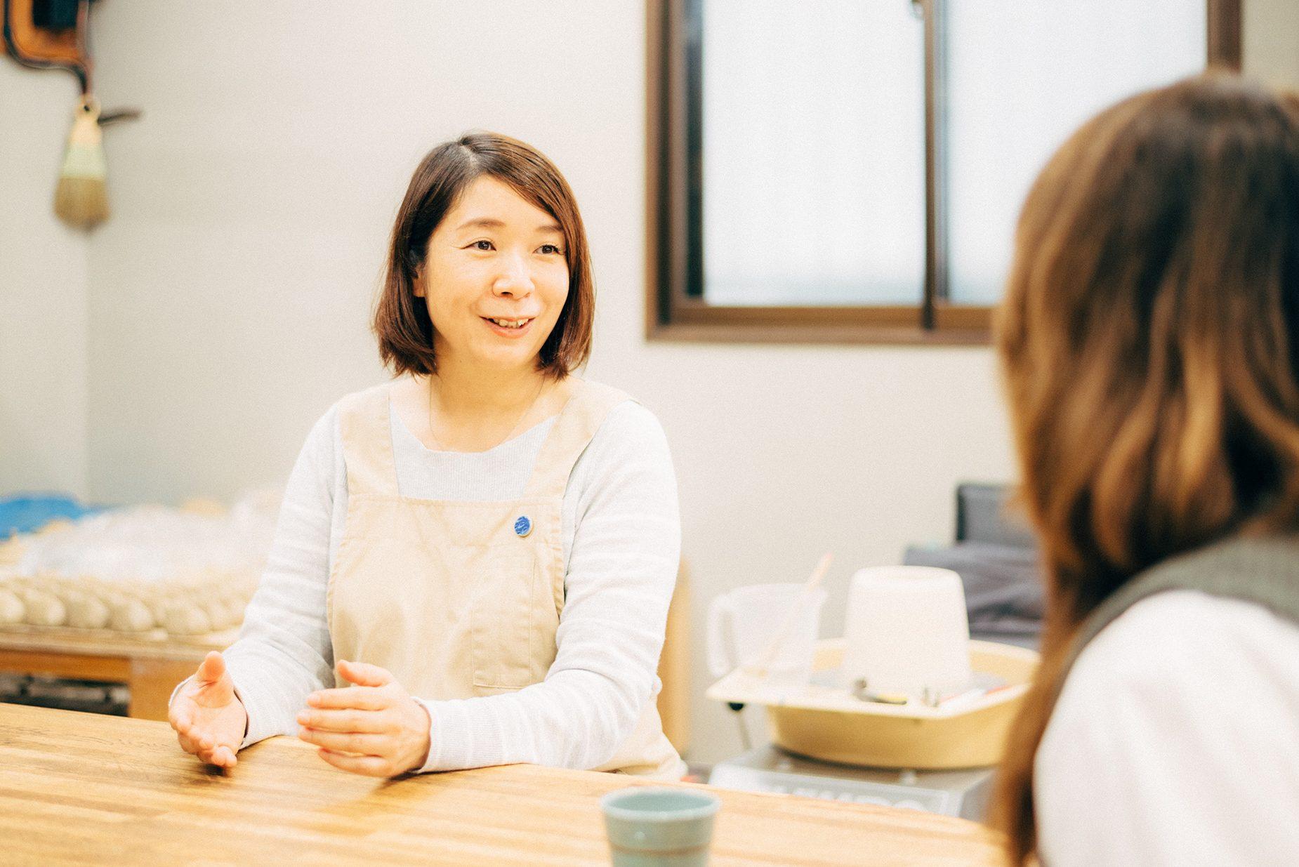 「蘇嶐窯」の陶芸家・涌波まどかさん。蘇嶐窯の器でお茶とお茶請けを出してくれた。