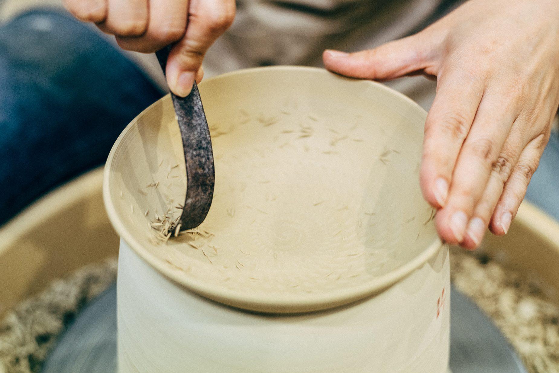古時計のゼンマイを加工した道具を使い、器に連続した削り目を作る飛鉋という技法。道具は亡くなったまどかさんのお父さんのお手製で、これが一番使いやすいという。