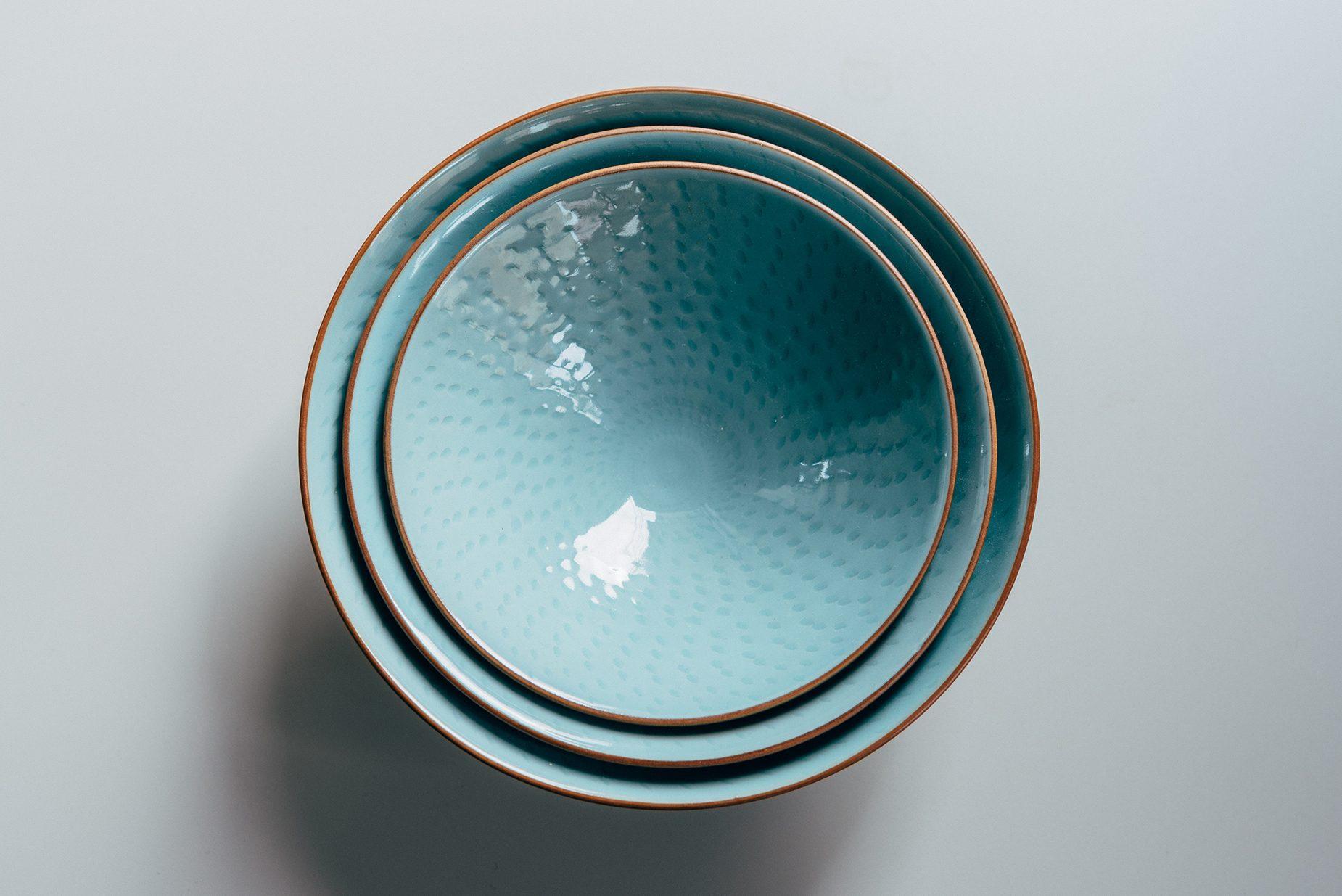 飛鉋の模様により、青磁の青色の中に新たな景色が生まれる。
