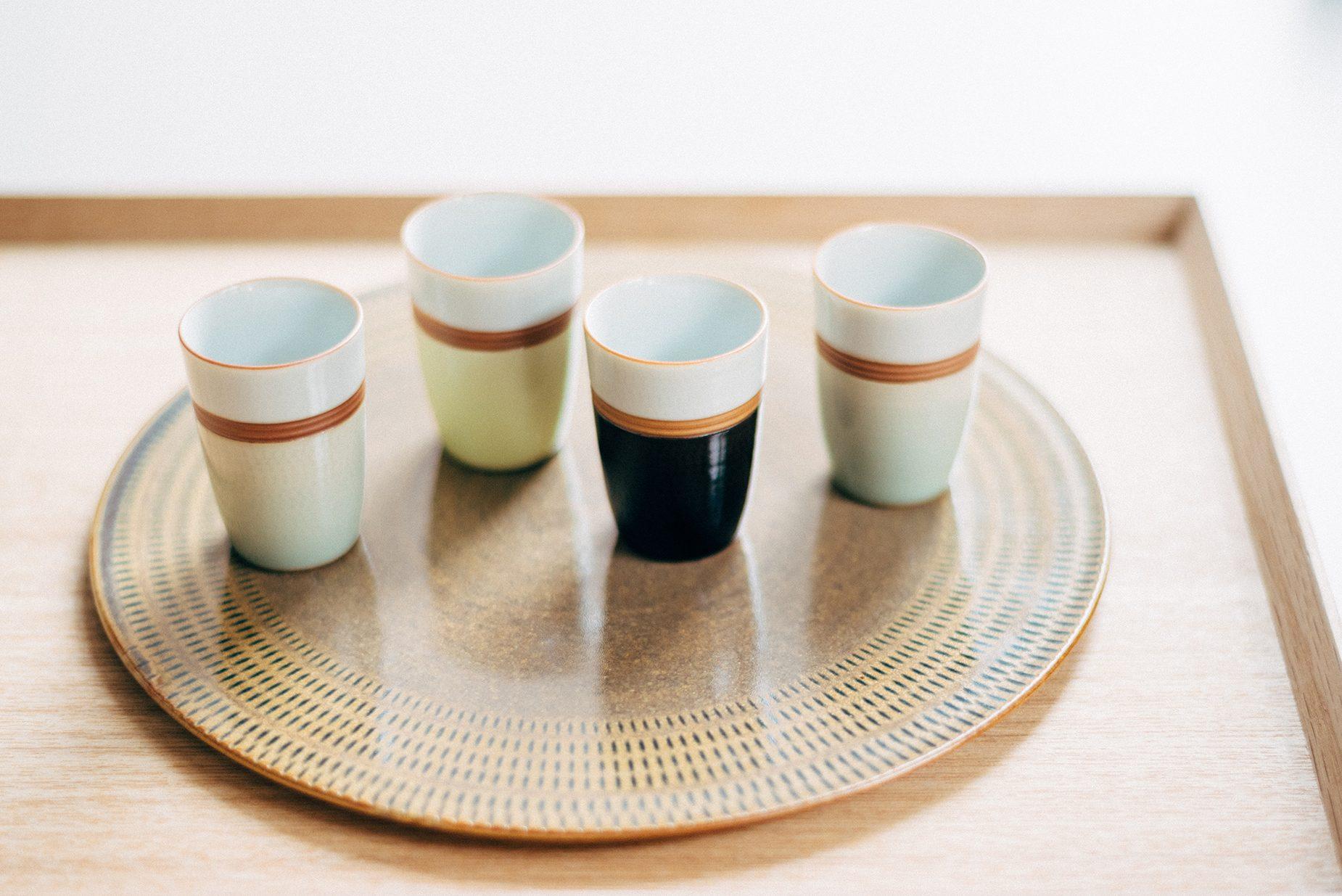 福田さんがお買い上げされた茶器。青磁は裏の高台のところに薄い茶色のべにというものを巻くのがセオリーになっているが、あえて横や縁のラインに巻くことで緊張感をだしている。