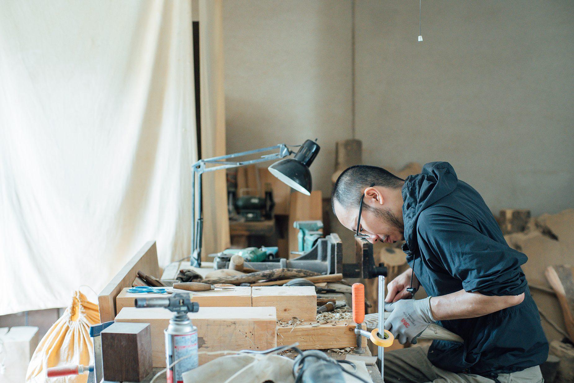 彼の工房は家のリビングのすぐ横にあるガレージを利用している。 暮らしも創作もまさに地続きな環境。