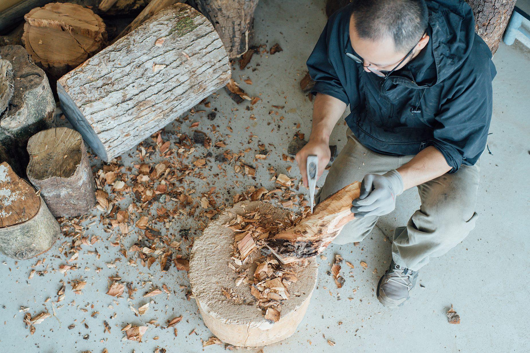 彼の手に迎えられた木たちは彼自身の手で大方の形が作られる。「機械は大きな木を切るチェーンソーくらいしか使わないですね。」